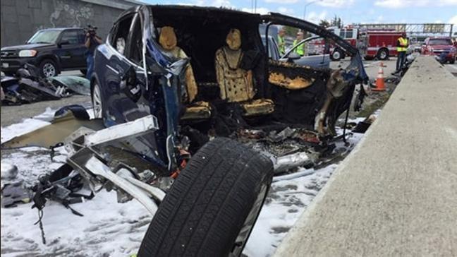 Başarılaryla gündeme gelen Tesla'nın Model X aracı, kaza yaptıktan sonra bomba gibi patladı