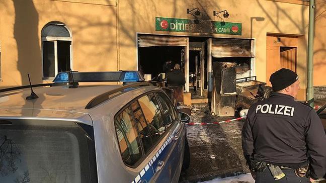 Almanya'da bir günde 3 camiye saldırı