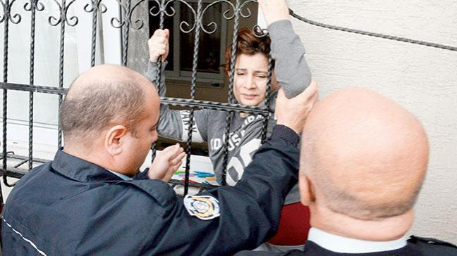 Eşinin eve kilitlediği kadını polis kurtardı