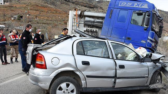 Gümüşhane'de TIR ile otomobil çarpıştı: 3 ölü, 1 yaralı