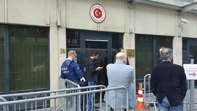 Türkiye'nin Brüksel Büyükelçiliğine 10-12 kişilik bir grup saldırı düzenledi