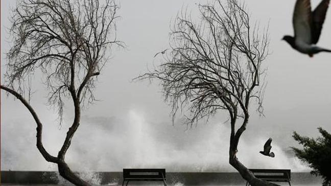İzmir'de deniz taştı, tramvay yolunu su bastı