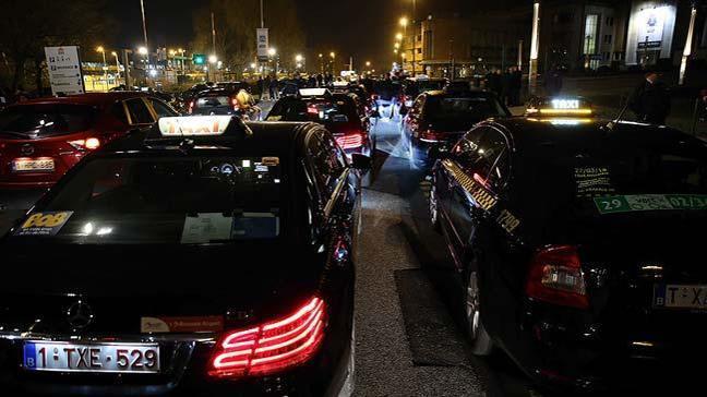 Belçika'nın başkenti Brüksel'de yüzlerce taksi, Uber uygulamasını ana yolları kapatarak protesto etti