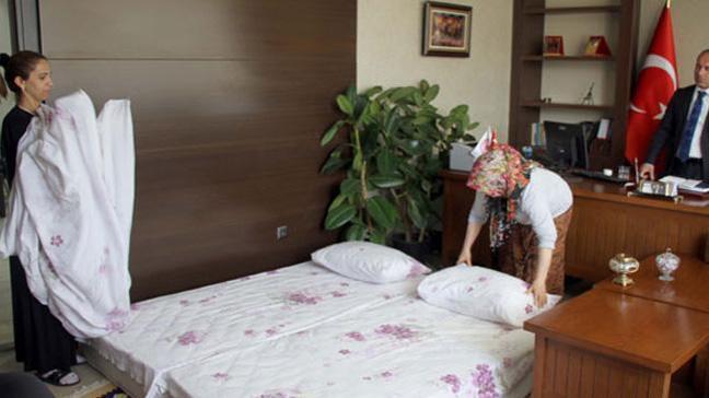 Van'da İskele Öğretmenevi Müdürü, şehirde yer bulamayan turistlere makam odasını açtı