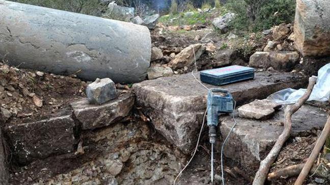 Arkeolojik alanda kaçak kazı: Antik sütunlara zarar verdiler
