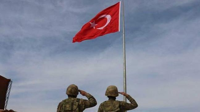 Suriye sınırına 6 metrelik Türk bayrağı
