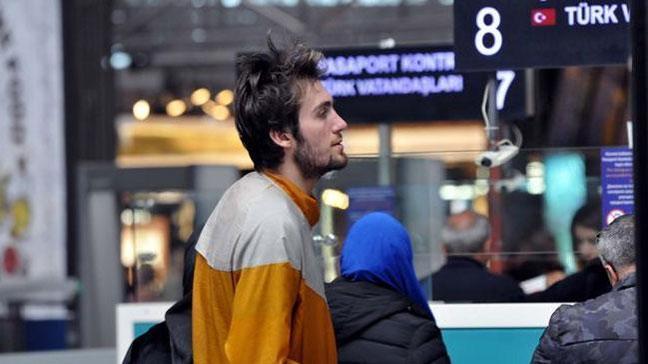 Genç basketbolcu Mehmet Şanlı, psikolojik rahatsızlığından dolayı Atatürk Havalimanı'ndan ayrılmıyor