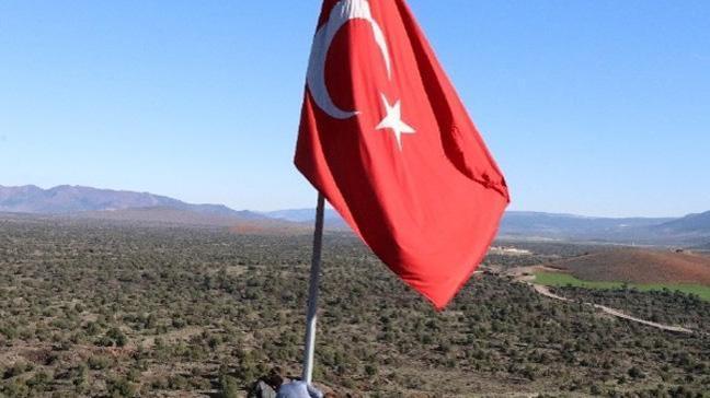 Afrin sınırındaki tepeye dev Türk bayrağı
