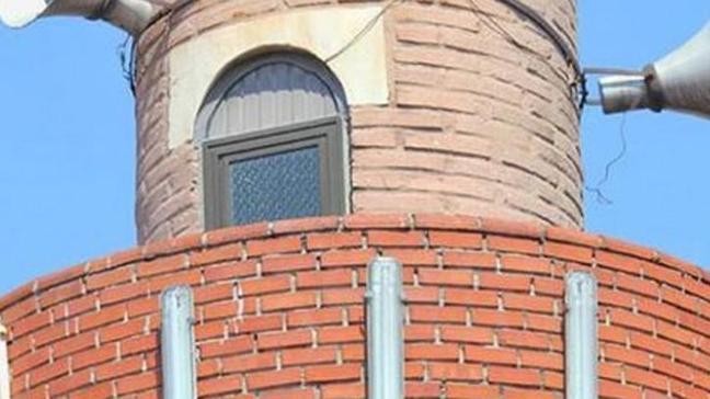 Camiye çorapsız geldiği için hakkında soruşturma açılan müezzin birinci kattan atladı