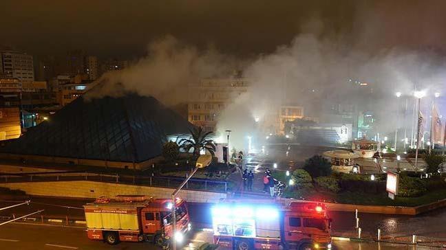 Bursa'da bir alışveriş merkezinde çıkan yangın iki mağazada hasara yol açtı