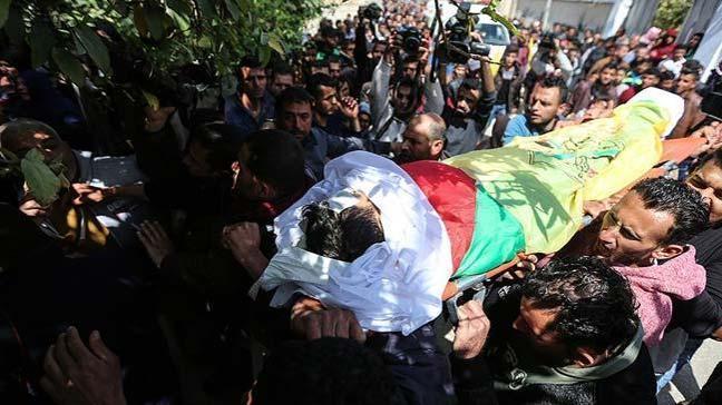 İsrail'in bu sabah Gazze'ye top atışıyla düzenlediği saldırıda şehit olan Filistinli toprağa verildi