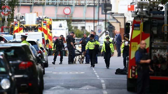 Londra'nın Charing Cross'da, üzerinde bomba bulunduğunu iddia eden bir yolcu gözaltına alındı