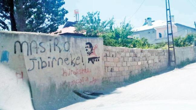 Evlerin duvarlarınaKalaşnikof'lu tehdit