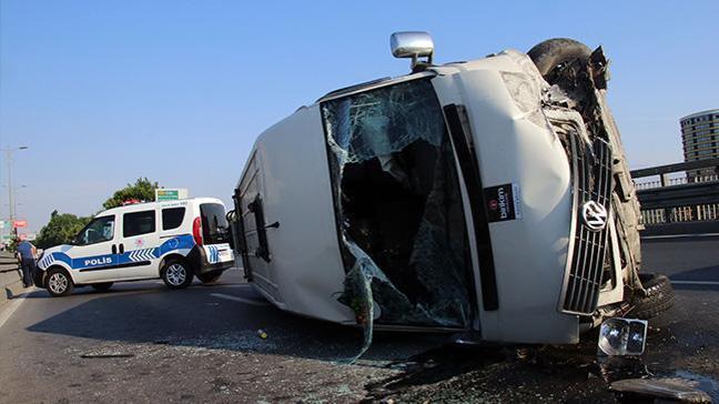 Bayrampaşa'da lastiği patlayan servis minibüsü devrildi: 1 yaralı