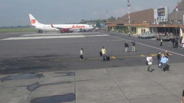 Endonezya'nın doğusundaki Papua'da havaalanında düzenlenen silahlı saldırıda 3 kişi öldü