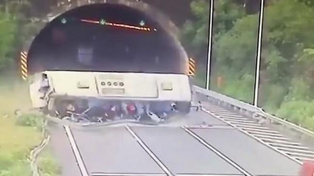 Çin'de Lise öğretmenlerini taşıyan otobüs, tünele girerken bariyerlere çarpıp takla attı