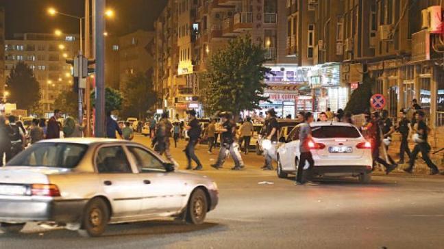 Kutlama yapanHDP'liler polisi taşladı