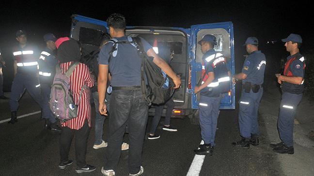 Jandarmadan kaçan sürücünün minibüsünde 30 kaçak göçmenyakalandı