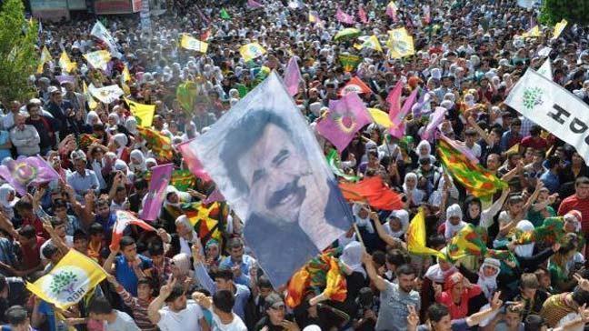 İzmir'de seçim gecesi çocuklara terör örgütü PKK lehine slogan attıranlar yakalandı