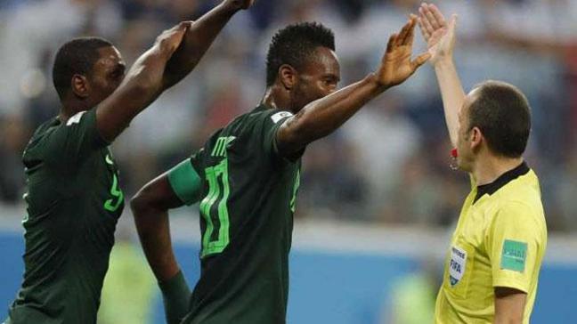 Obi Mikel, dünkü Nijerya-Arjantin maçındaki yönetimi sebebiyle Cüneyt Çakır'ı eleştirdi