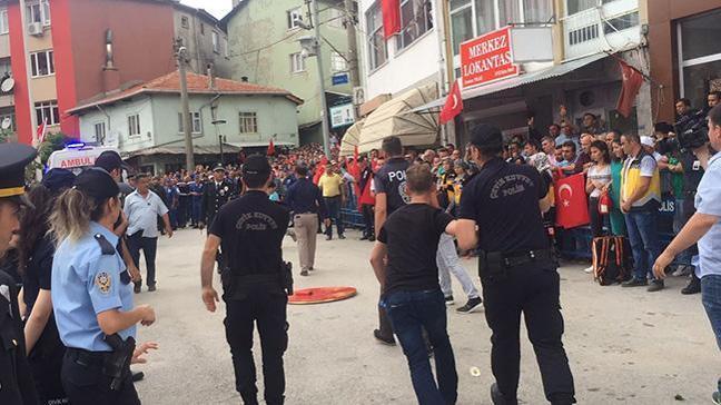 Şehit Uzman Çavuş İsa Özkan'ın cenazesinde CHP çelengini parçaladılar