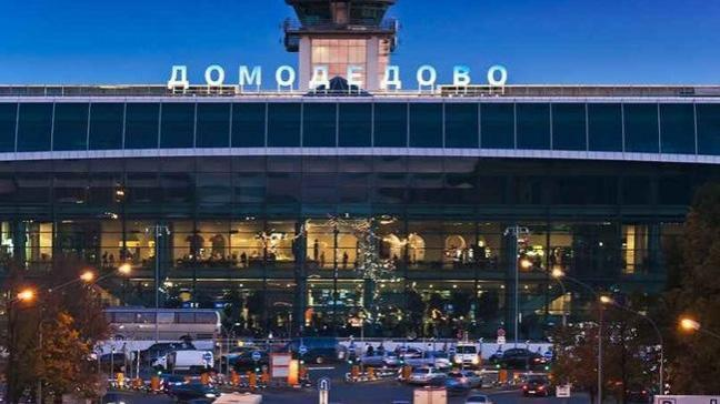 Moskova havalimanında bir kişinin yerde yattığını gören polis, havalimanının bir bölümünü kapattı