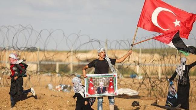 Gazze sınırında Filistinliler Erdoğan'ın zaferini kutladı