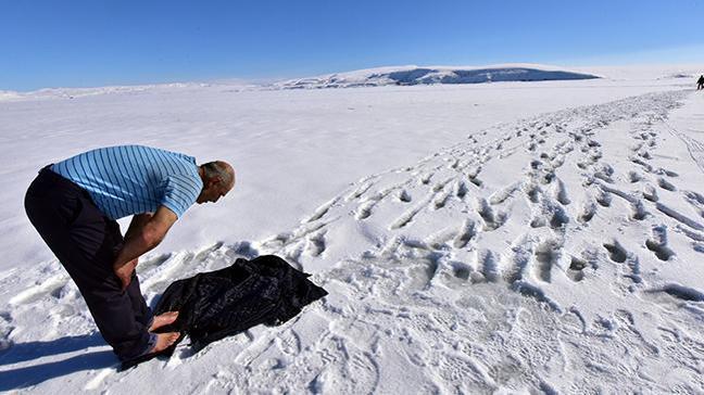 Balıkçılar abdestlerini donan göl suyuyla alıp buzun üzerinde namaz kıldı