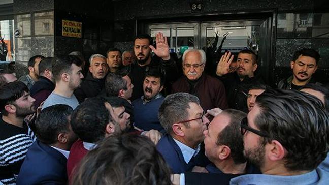 CHP İzmir İl Başkanlığı önünde yumruklu protesto