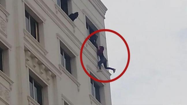 7'nci katta intihara kalkışan kadını polis son anda yakalayıp, kurtardı