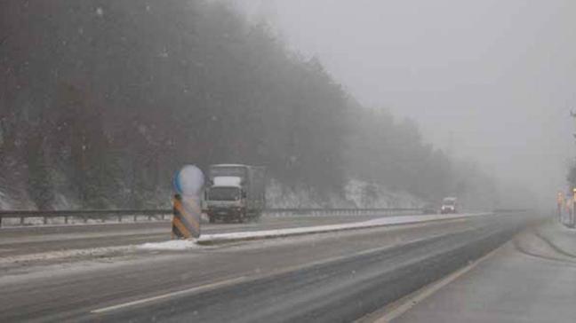 Bolu'da akşam saatlerinde başlayan kar yağışı görüş mesafesini 25 metreye düşürdü