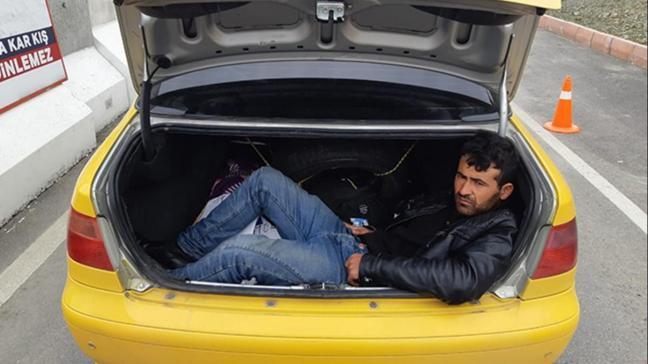 Jandarmanın açtığı bagajdan göçmen çıktı
