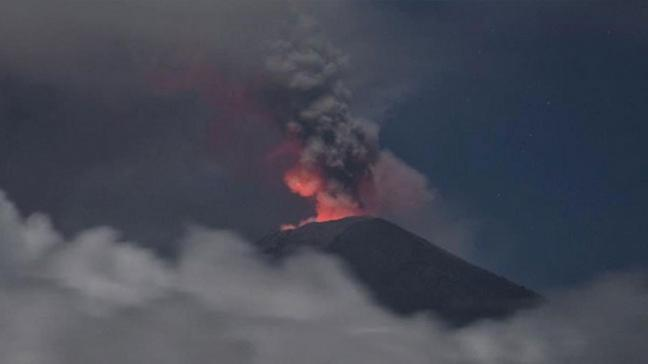 Asama Yanardağı patladı! Halka 'uçan kayalar ve volkanik akıntı' uyarısı