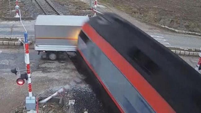 Afyonkarahisar'da çok feci kaza! Ekmek yüklü kamyonete yük treni çarptı