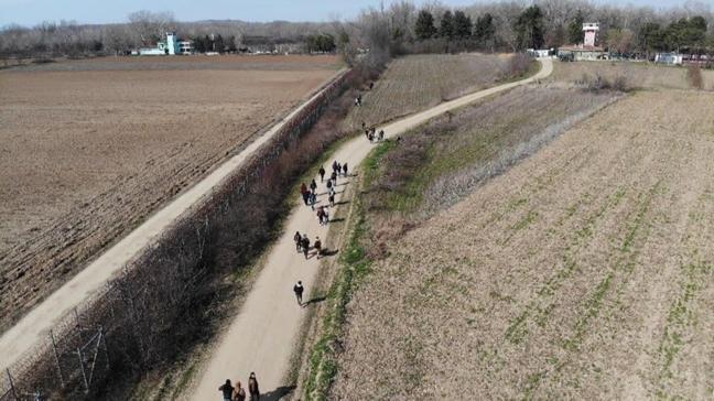 Mültecilerin Yunanistan sınırında yürüyüşleri havadan görüntülendi