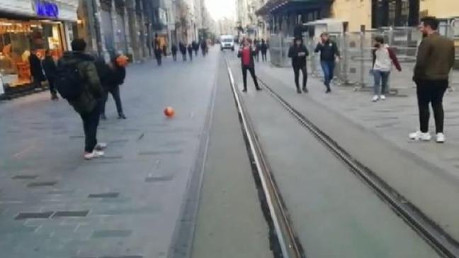 İstiklal Caddesi boş kalınca top oynadılar