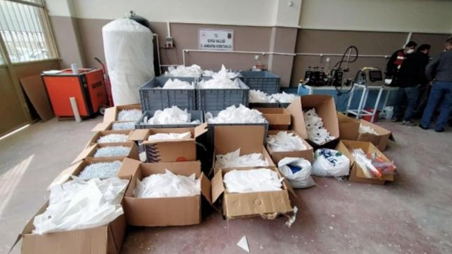 Bursa'da merdiven altı üretilen 10 bin sahte maskeye el konuldu
