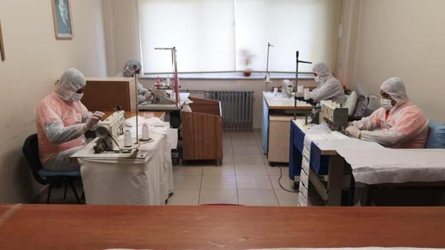 Hükümlüler kendi maskelerini kendileri üretiyor: Günde 800 maske imalatı