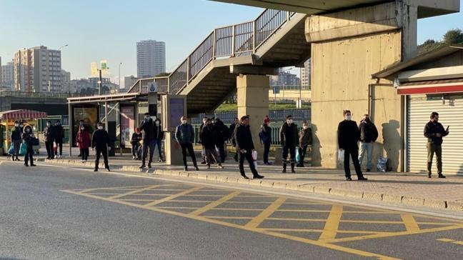 Kadıköy'de durakta otobüs beklediler