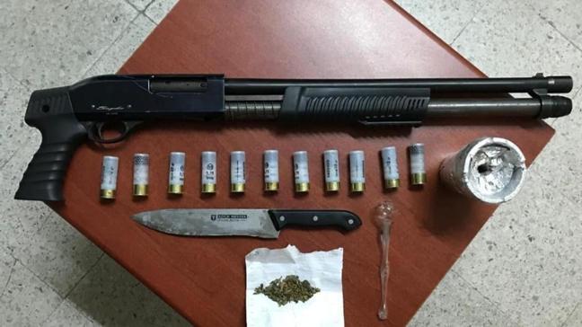 Polisten kaçan şüphelinin arabasından pompalı tüfek ve uyuşturucu madde çıktı, serbest kaldı