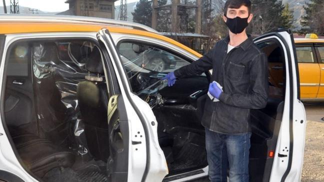Hakkari'de bir taksici koronavirüse karşı şoför bölümüne branda çekti