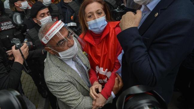 Uyarılara rağmen izinsiz Taksim'e yürümeye çalışan DİSK üyelerine polis müdahale etti