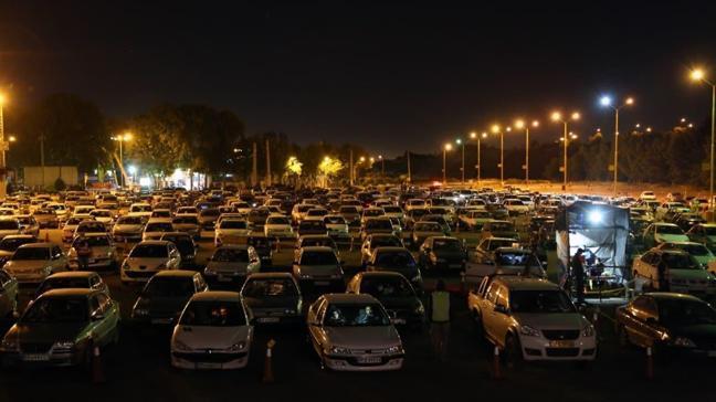 İranlılar otoparkta toplanarak araçlarının içinde Kadir Gecesi'ni ihya etti