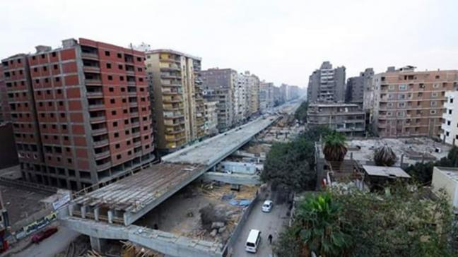 Mısır'da hükümetin inşa ettiği köprü binalara sıfır geçen mimarisi ile alay konusu oldu