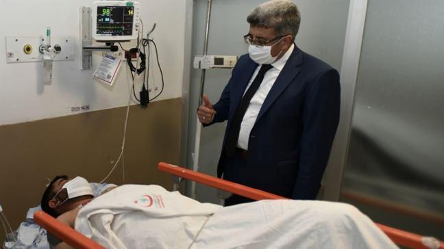 Van Valisi M. Emin Bilmez, PKK saldırısında yaralanan kişiyi hastanede ziyaret etti