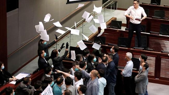 Hong Kong Meclisi yine karıştı: Kürsüye yürüyen vekiller salondan çıkarıldı