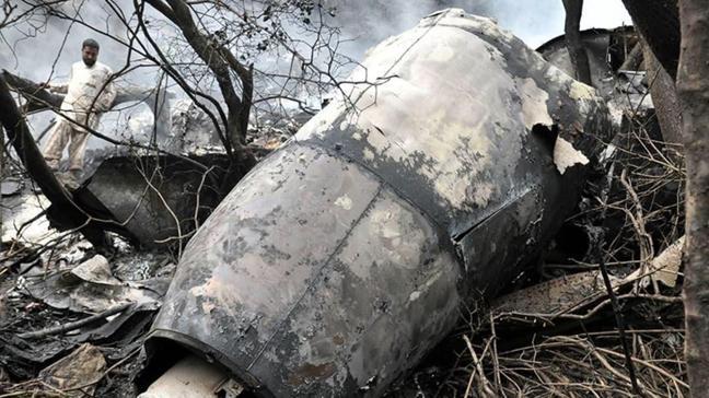 Pakistan'da düşen uçaktan sadece 1 kişinin sağ olarak kurtulduğu açıklandı