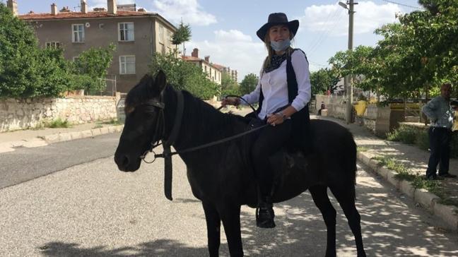 Niğde'de kadın muhtar kovboy kostümü giyerek atı ile mahallede teftiş yapıyor