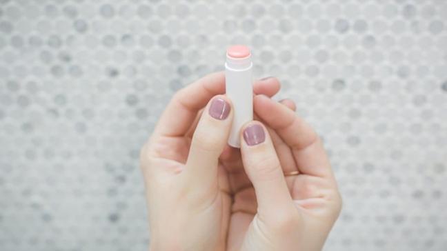 Yanlış dudak nemlendiricisi alerjiye sebep oluyor!  İşte dudak nemlendiricisi seçmenin püf noktaları