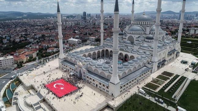 İstanbul'da cuma namazı kılmak için geniş avlulu müsait camiler işaret edilecek